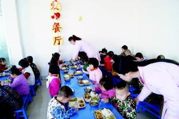 幼儿园的小朋友在餐厅吃午饭